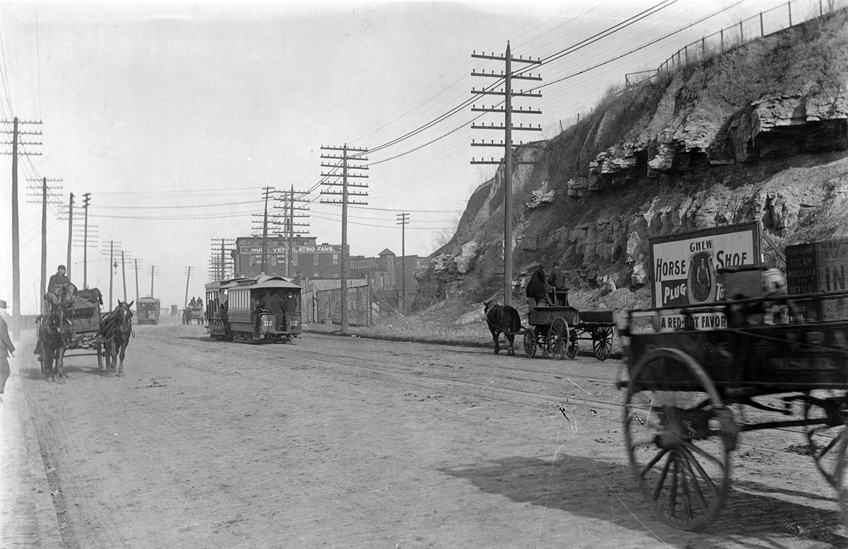 Streetcars and buggies heading downtown from the West Bottoms near the bluffs, 1900